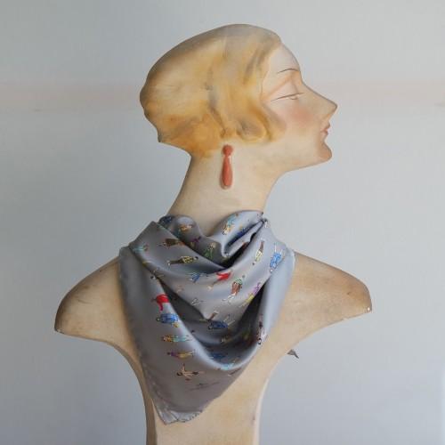 Carré de soie motif Silhouettes fond gris